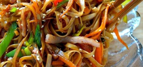 Simple fried noodles with bacon, leek and carrot
