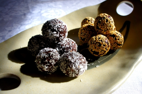 Chocolate, coconut, sesame and dates balls   (gluten free, vegan)