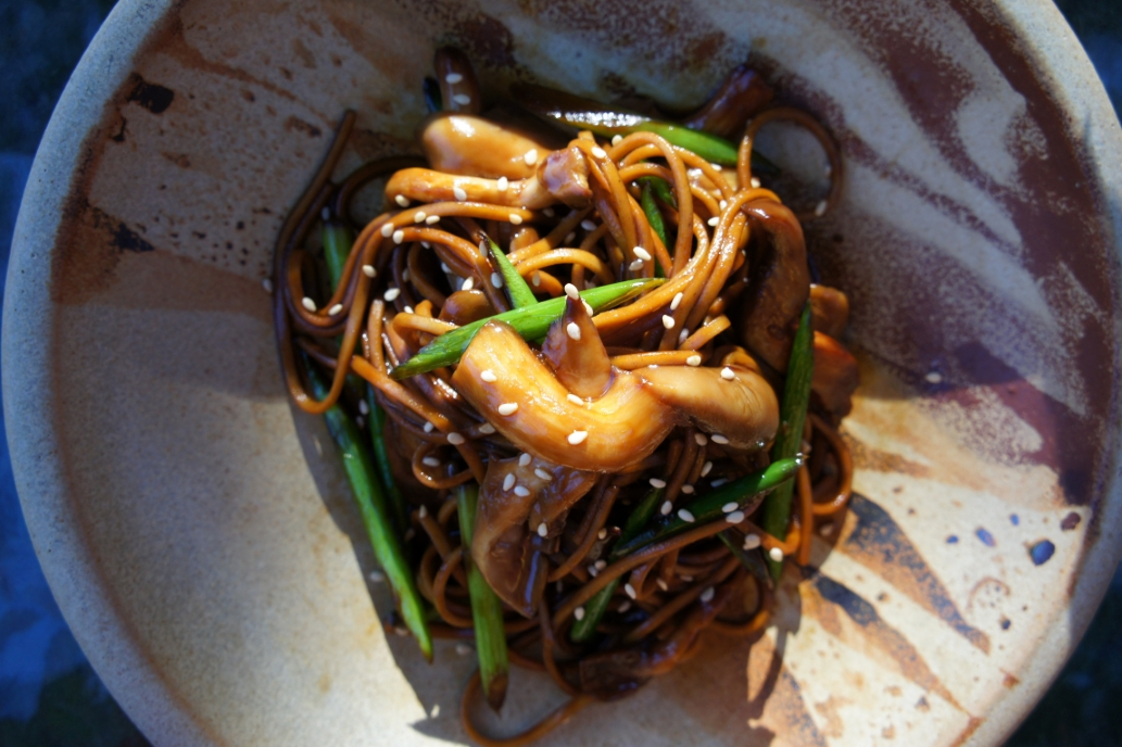 Soba noodles with pearl mushrooms (vegan)