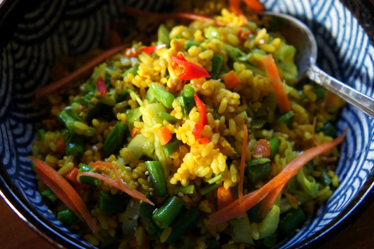 Simple fried rice of eggs, vegetables and turmeric (FODMAP friendly, gluten free)