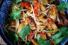 Wok fried beef rice noodles (hor fun) with bean sprouts, 干炒牛河