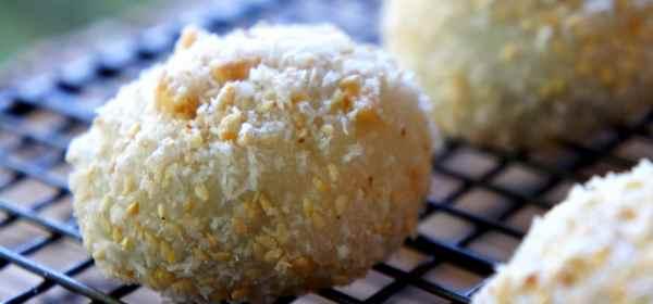 Sweet glutinous rice balls with walnut, sesame, peanut and coconut