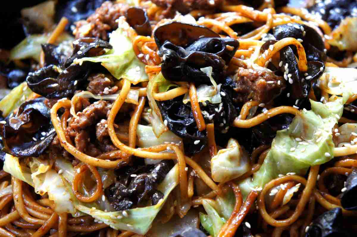 Noodles with cloud ear, beef and vegetables