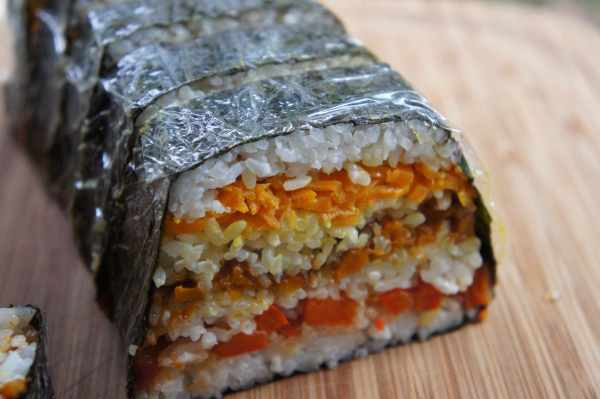 Sushi terrine with vegetables - cutting into slices