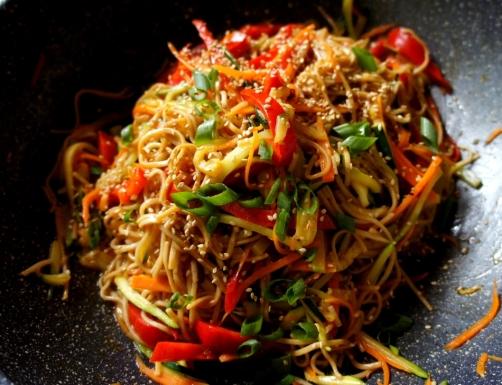 Simple soba noodles with vegetables 撈麵 (low FODMAP, vegan)