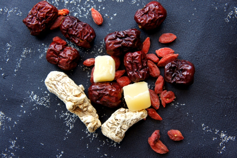 'Dang gui' (white roots), goji (small berries), Chinese red dates, palm sugar (yellow)